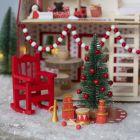 Tonttu koristele joulupukin talon