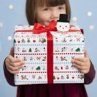 Lahjapaketointia joulun ihmemaa-kuvioilla ja lumiukko-pakettietiketillä.