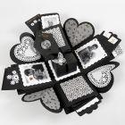 Avattava rasia, jonka taskut koostuvat korteista ja valokuvista.