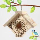Polttokolvilla koristeltu linnunpönttö