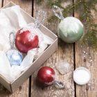 Art Metal-maalilla ja tekolumella koristellut joulupallot