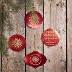 Joulupalloja ompelukartonkiin kirjotuilla kuvioilla