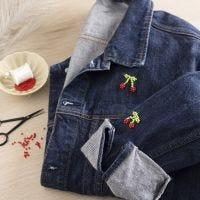 Helmikirjailtuja kirsikoita farkkutakissa