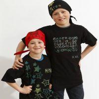 Leimatuilla kuvioilla koristellut t-paita ja huivi