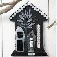 Lasimosaiikilla koristeltu lämpömittaritalo