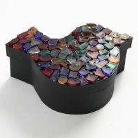 Muovimosaiikkia rasian kannessa