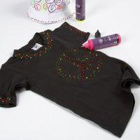 3D-kohoväreillä koristeltu musta T-paita