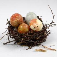 Sipulinkuorilla värjätyt luonnonmunat