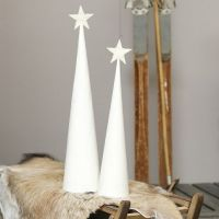 Valkoinen joulukuusi kimaltavalla tähdellä