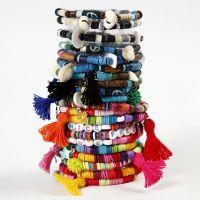 Käsikoru Katsuki-helmistä ja tupsuista