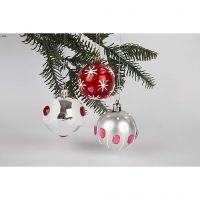 Koristeelliset punaiset ja hopeanväriset joulupallot