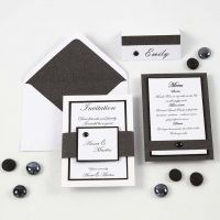 Mustavalkoinen kutsu, menu ja paikkakortti