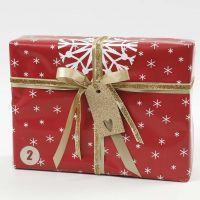 Punaisen, valkoisen ja kullanvärinen lahjapaketti