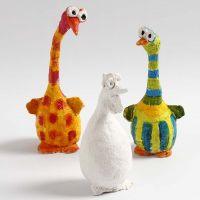 Paperimassajauheesta ja alumiinilangasta tehdyt linnut