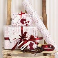 Nabbi- putkihelmillä koristellut punavalkoiset lahjapaketit