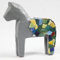 Mosaiikilla koristeltu paperimassahevonen