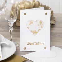 Sydämellä koristeltu vaalea kutsukortti