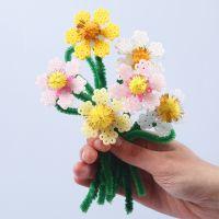 Kukkia putkihelmistä ja askartelupunoksista
