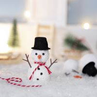 Tonttu rakentaa lumiukon
