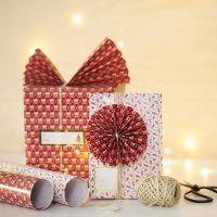 Paperiviuhkalla ja rosetilla koristellut lahjapaketit