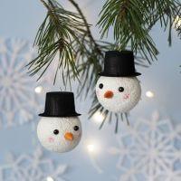 Lumiukoksi koristeltu joulupallo