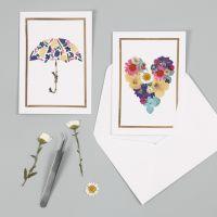 Onnittelukortti kuivatuilla kukilla ja koristefoliokehyksillä
