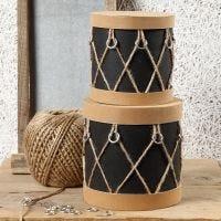 Nahkapaperilla, muovirenkailla ja luonnonhamppunarulla rummuksi koristeltu pahvirasia