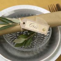 Paikkakortti ekokartongista, koristeltu kuivatulla lehdellä