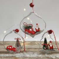 Pienistä hahmoista ja metallimuotista tehty joulukoriste.