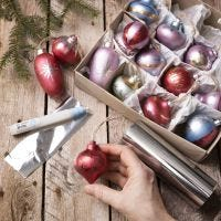 Art Metal- maalilla ja koristekalvolla koristeltu joulupallo