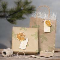 Leimatuilla kuvioilla ja luonnonmateriaaleilla koristeltuja lahjapakkauksia