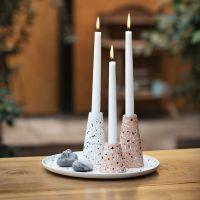 Terrazzo-hiutaleilla koristellut lautanen ja kynttilänjalat bambukuidusta.