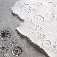 Leimasimilla kuvioitu käsintehty paperi