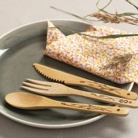 Polta kuvioita bambusta tehtyihin ruokailuvälineisiin
