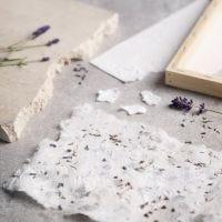 Kartonginpaloilla ja kuivatulla laventelilla koristeltu käsintehty paperi